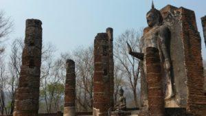 Ziemlich heiß ist es wenn man zu diesem großen, stehenden Budda ausserhalb der Stadt hinaufsteigt