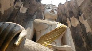 Budda ausserhalb der Stadtmauer der Ruinenstadt Sukhothai