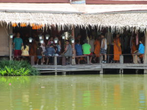 Der Blick von unserem Boot auf dem fFoating Market am Elepfhant Castle in Ayutthaya