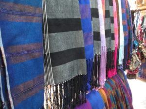 Seit die Bergvölker kein Opium mehr anbauen dürfen, verkaufen sie z.B. selbst gewebte Schals.